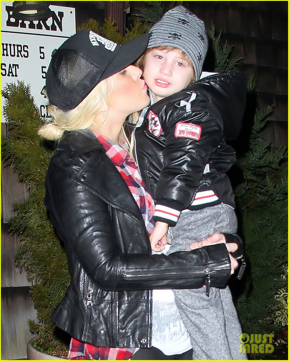 christina aguilera kisses for max in new jersey 042613926