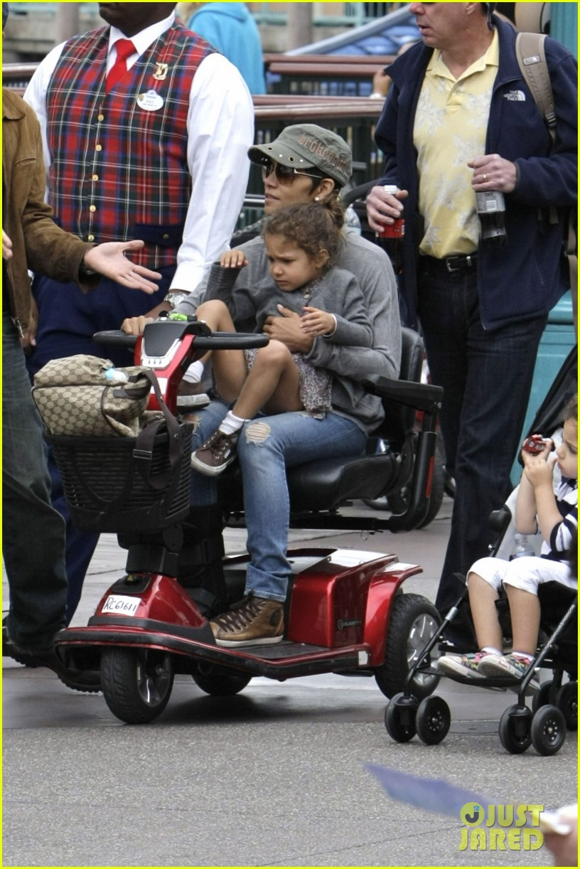 halle berry scooter disneyland 14