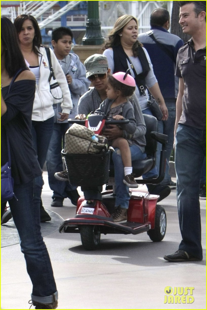 halle berry scooter disneyland 20