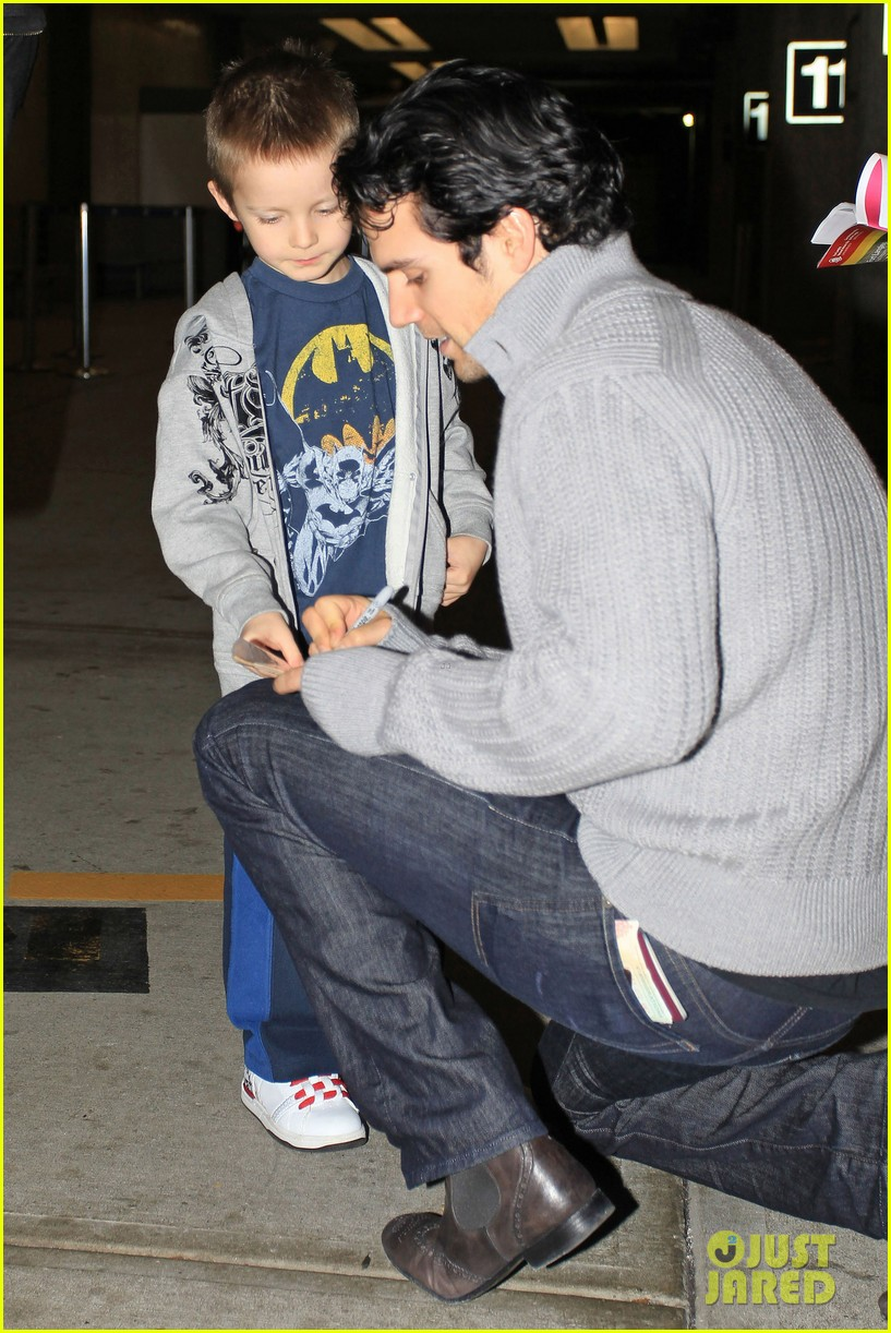 henry cavill vancouver airport 03