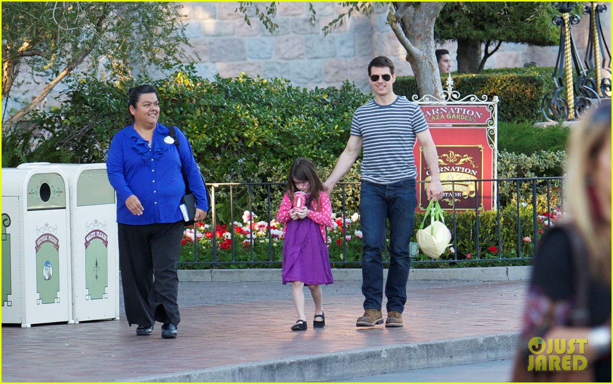 Full Sized Photo of tom cruise suri disneyland 08 | Photo ...