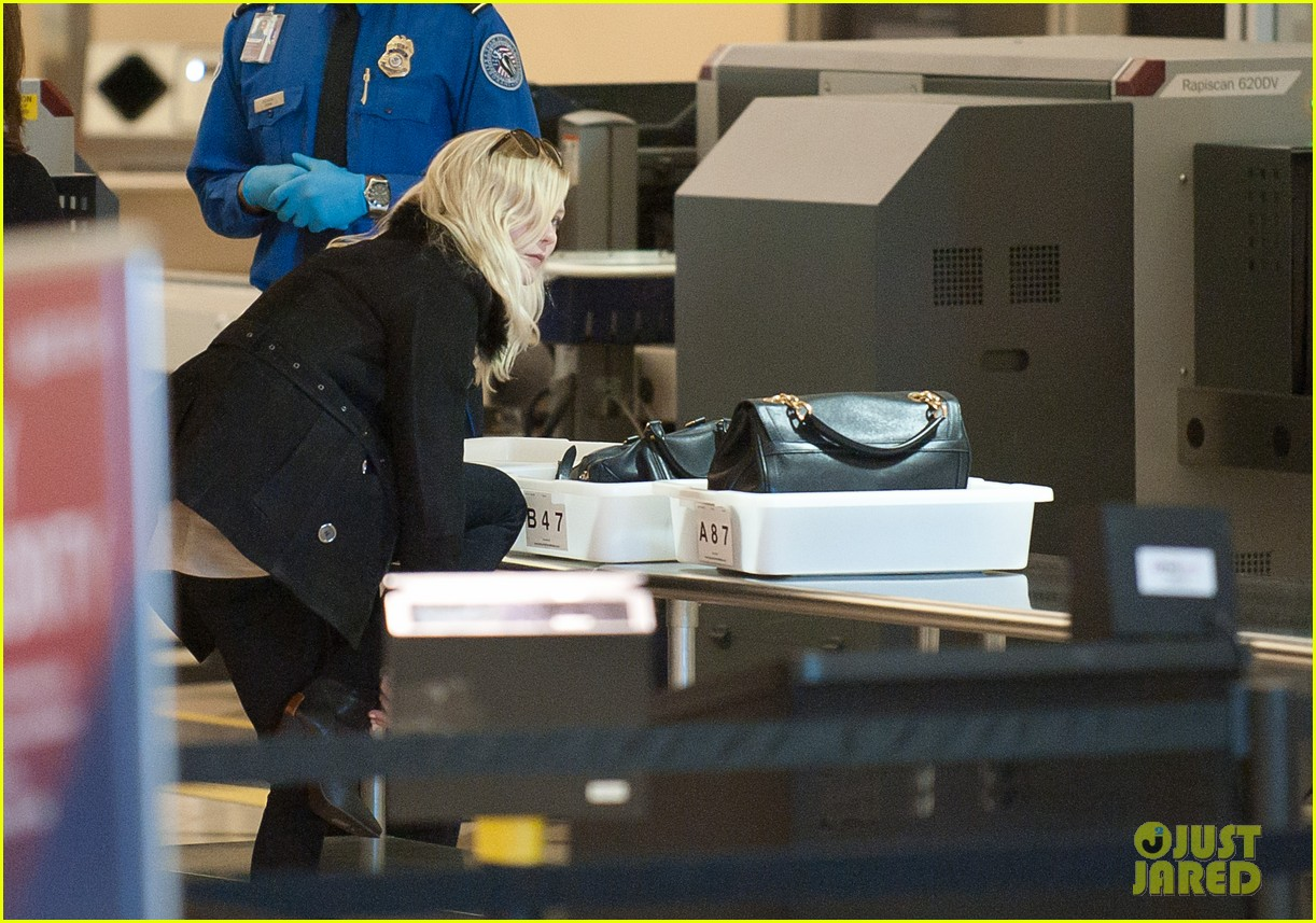kirsten dunst airport security check 03