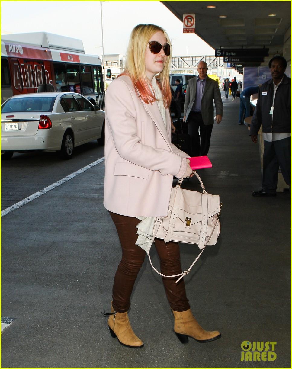 dakota fanning airport pink tips 062620428
