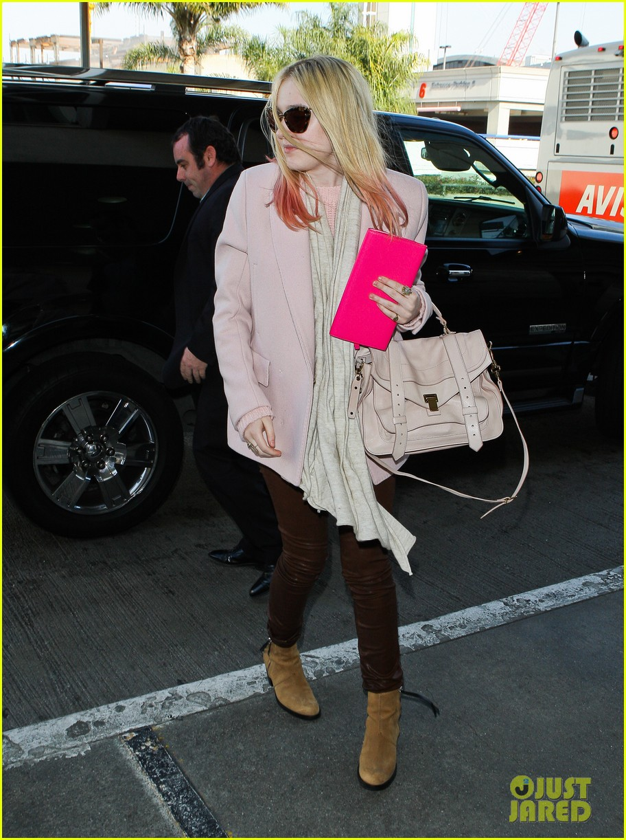 dakota fanning airport pink tips 10