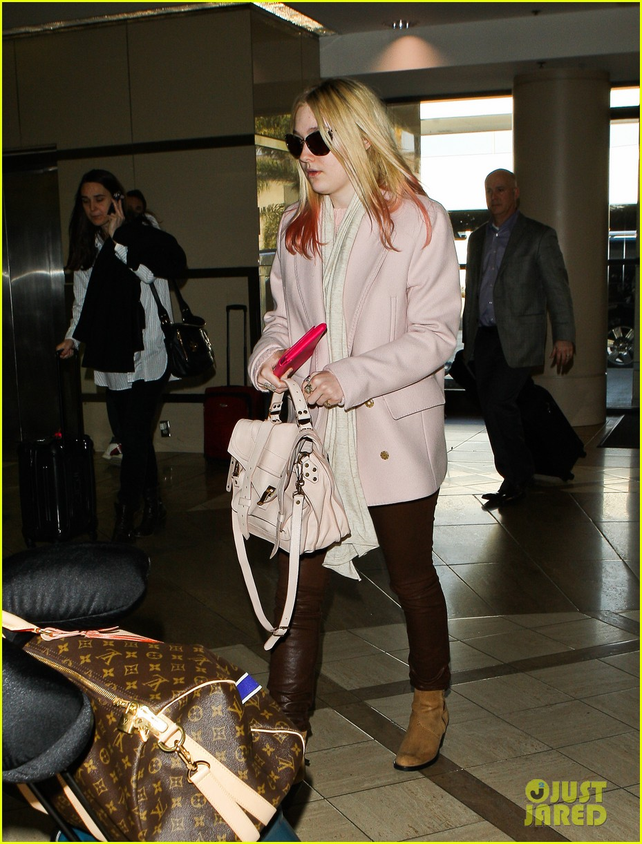 dakota fanning airport pink tips 12