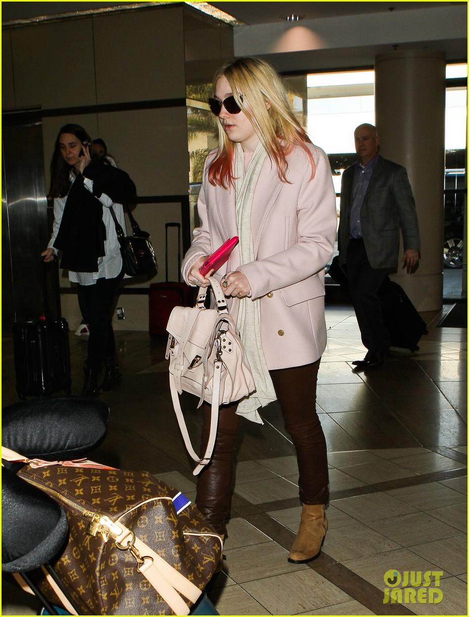 dakota fanning airport pink tips 12