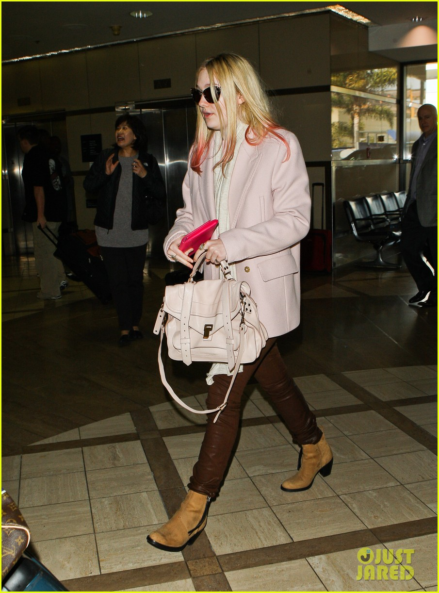 dakota fanning airport pink tips 132620435