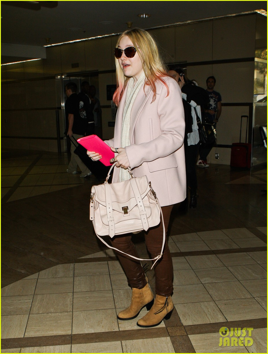 dakota fanning airport pink tips 14
