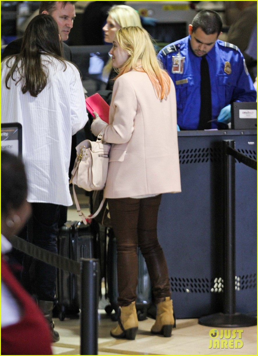 dakota fanning airport pink tips 16