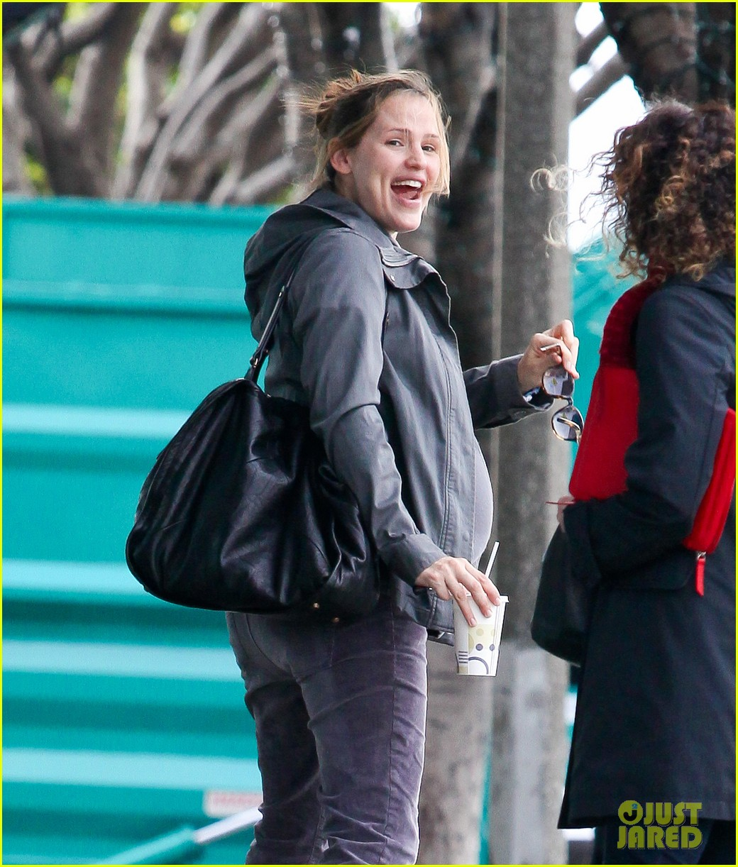 jennifer garner pregnant errands ben affleck walking dog 07