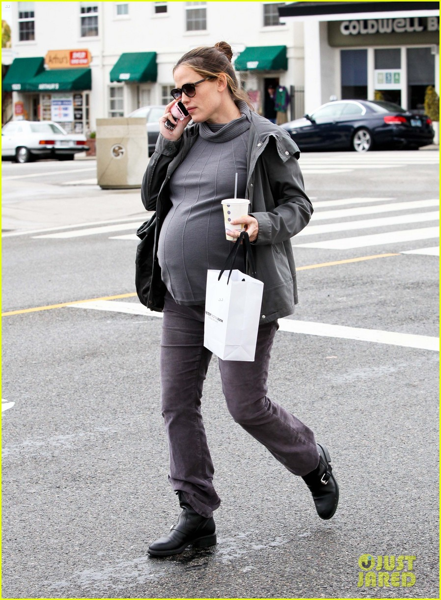 jennifer garner pregnant errands ben affleck walking dog 08