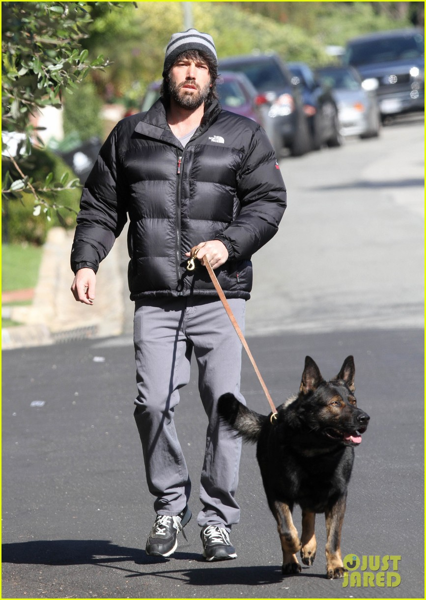 jennifer garner pregnant errands ben affleck walking dog 16