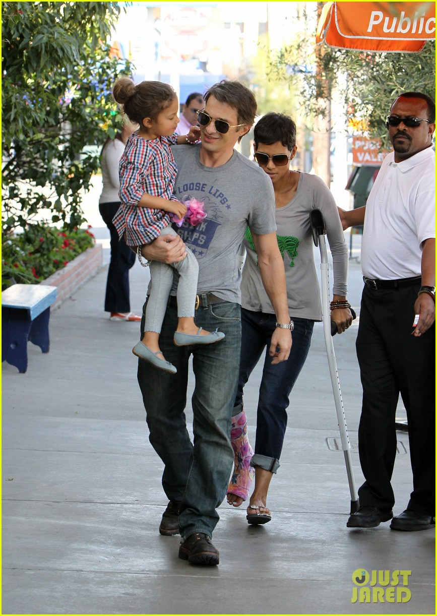 halle berry crutches olivier martinez nahla lunch 03