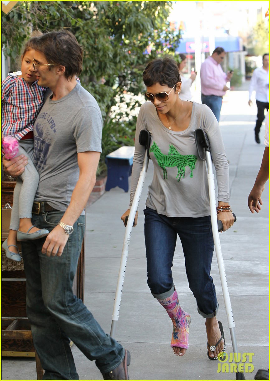 halle berry crutches olivier martinez nahla lunch 04