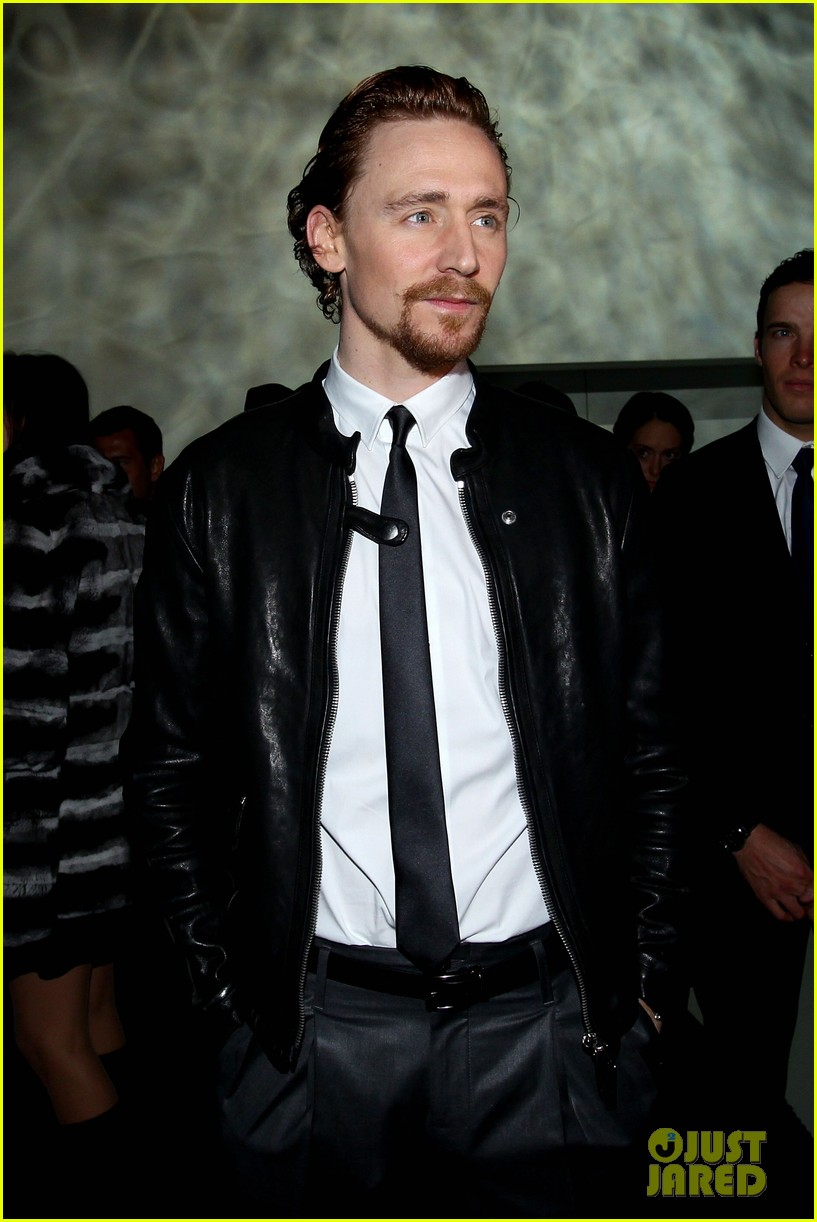 tom hiddleston armani fashion show 01