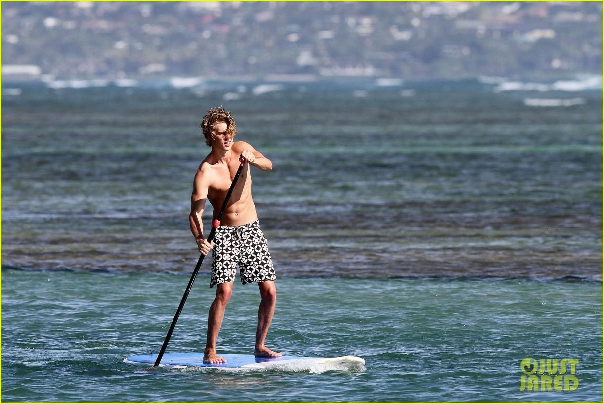vanessa hudgens austin butler paddleboard 08