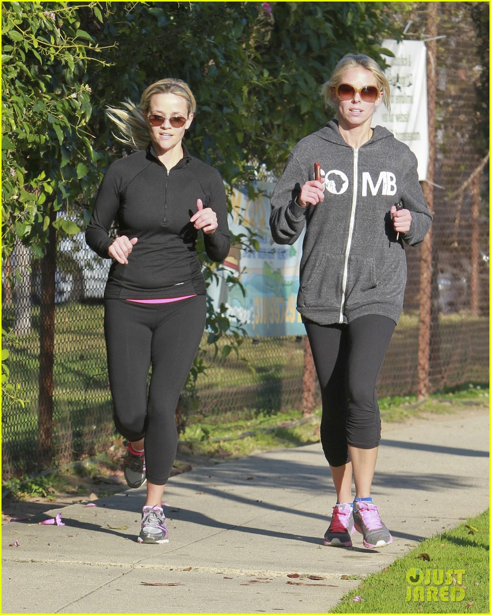 reese witherspoon jogging friend 02