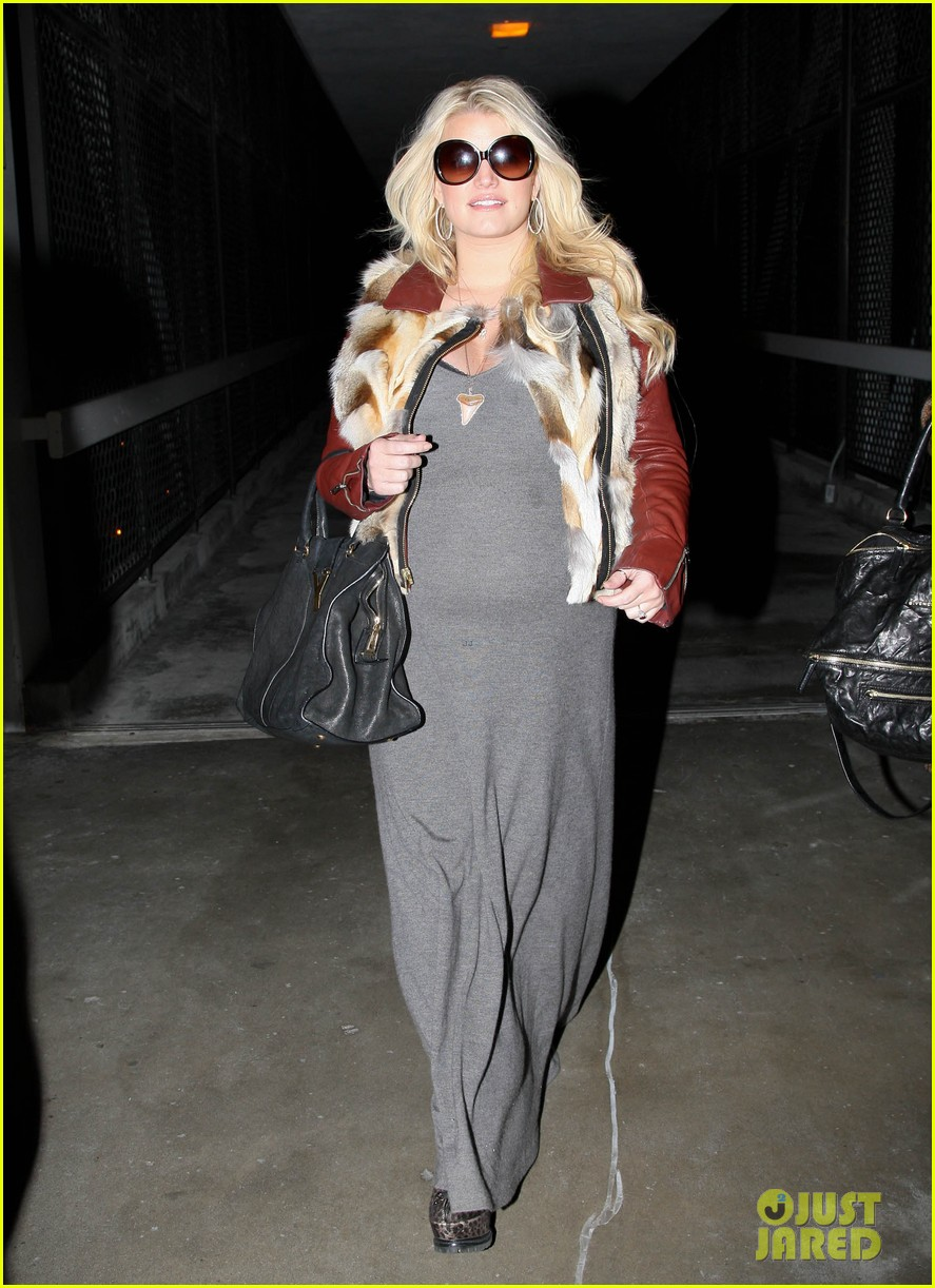jessica simpson lax arrival with ashlee 042619006