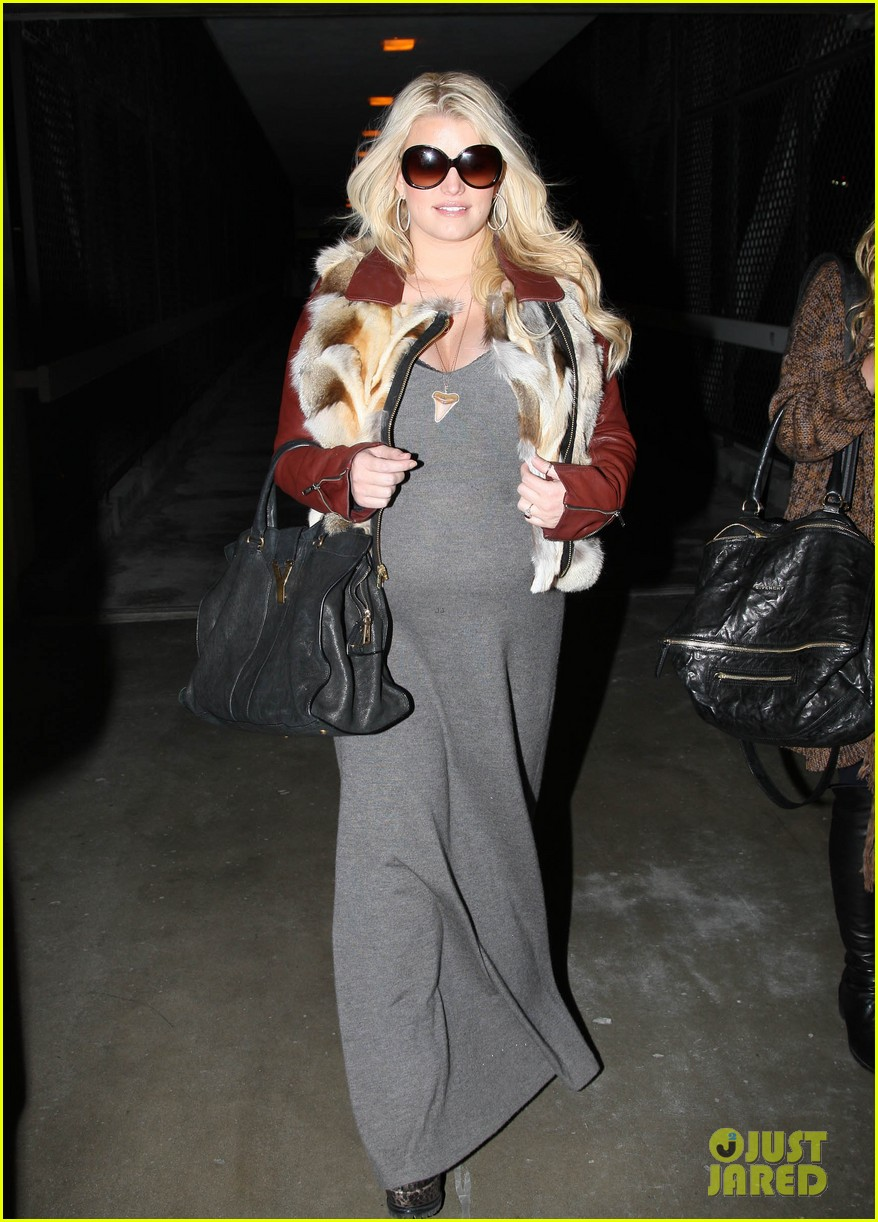 jessica simpson lax arrival with ashlee 10