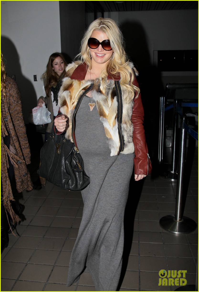 jessica simpson lax arrival with ashlee 17