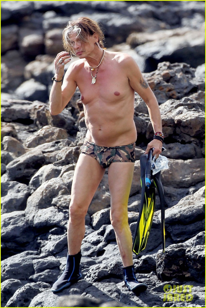 steven tyler shirtless man boobs 01