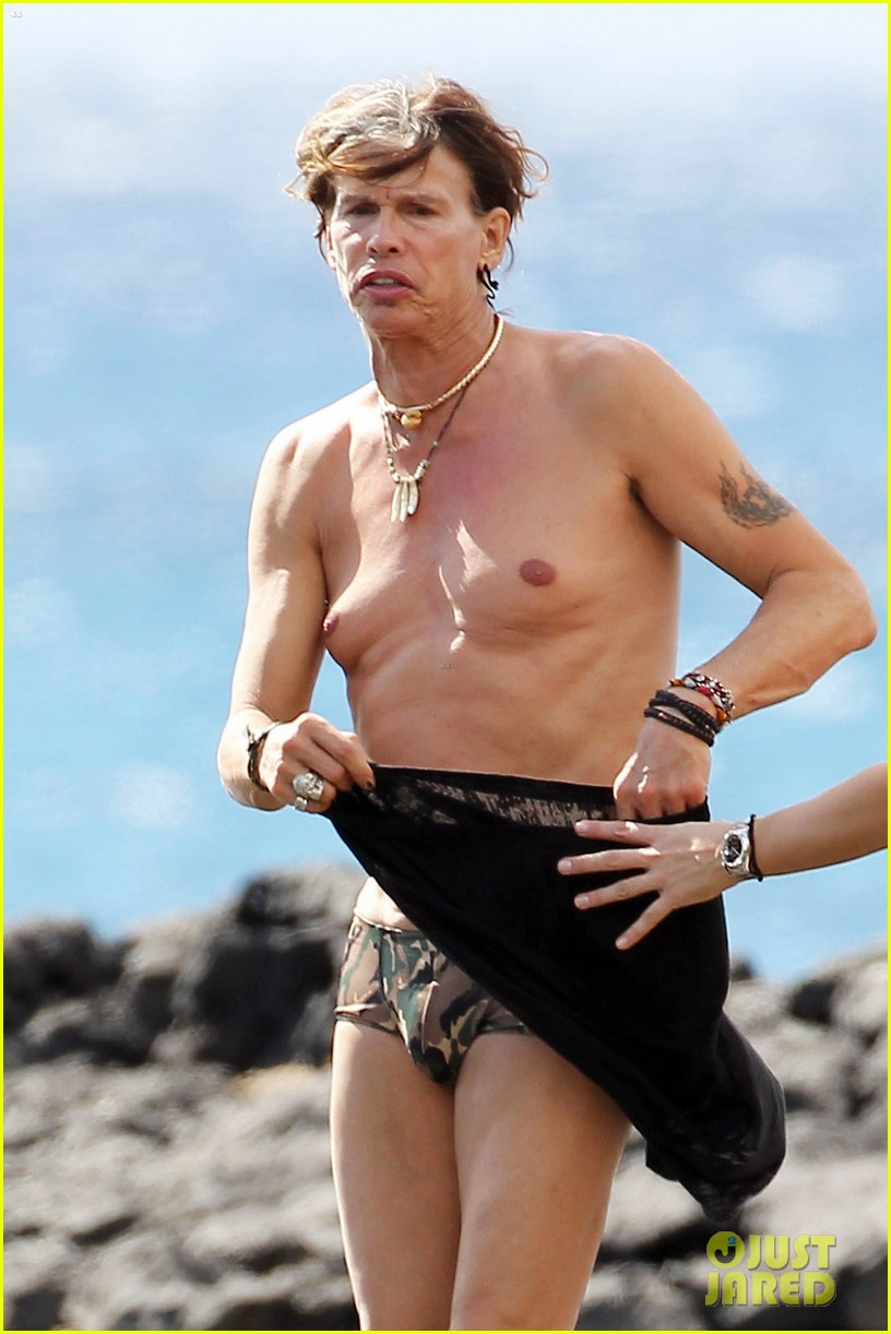 steven tyler shirtless man boobs 02