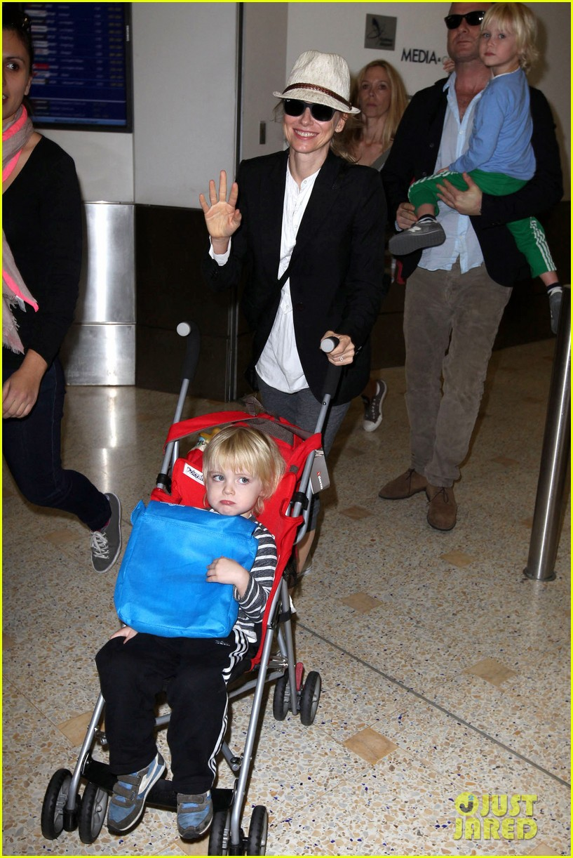 naomi watts liev schreiber sydney arrival with the boys 01