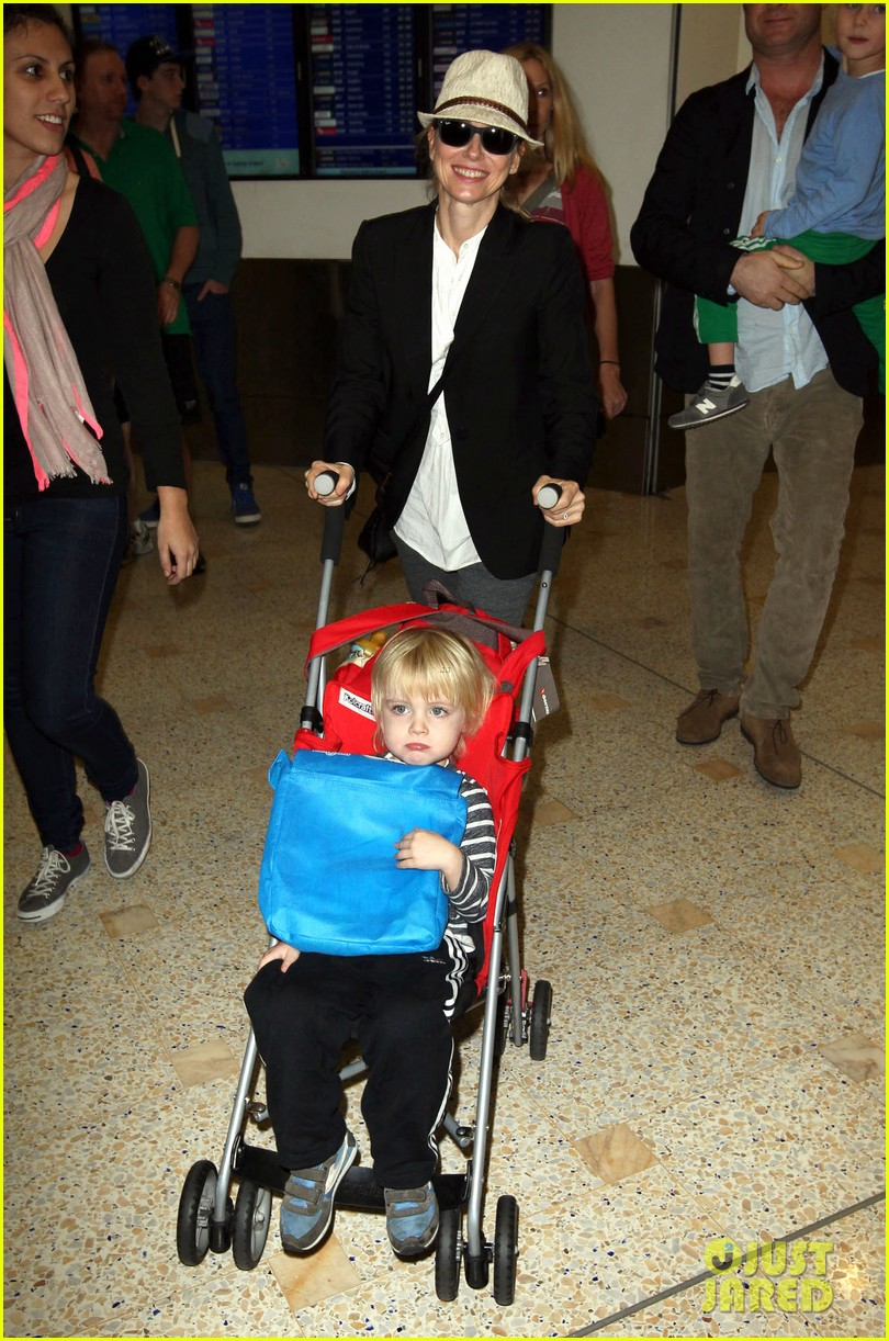 naomi watts liev schreiber sydney arrival with the boys 02