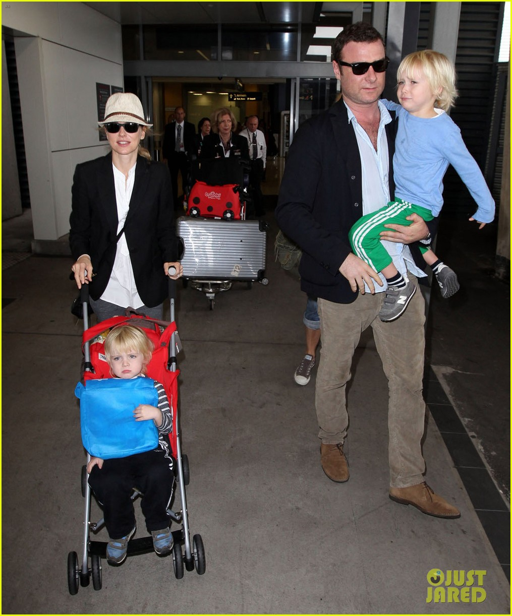 naomi watts liev schreiber sydney arrival with the boys 04