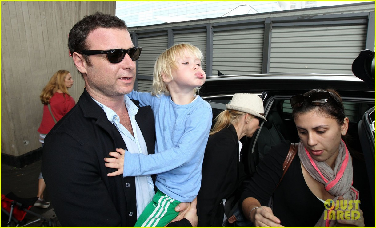 naomi watts liev schreiber sydney arrival with the boys 11