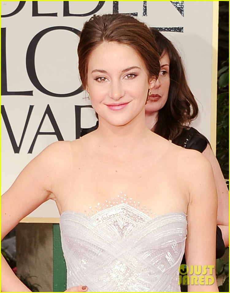 shailene woodley 2012 golden globes red carpet 03