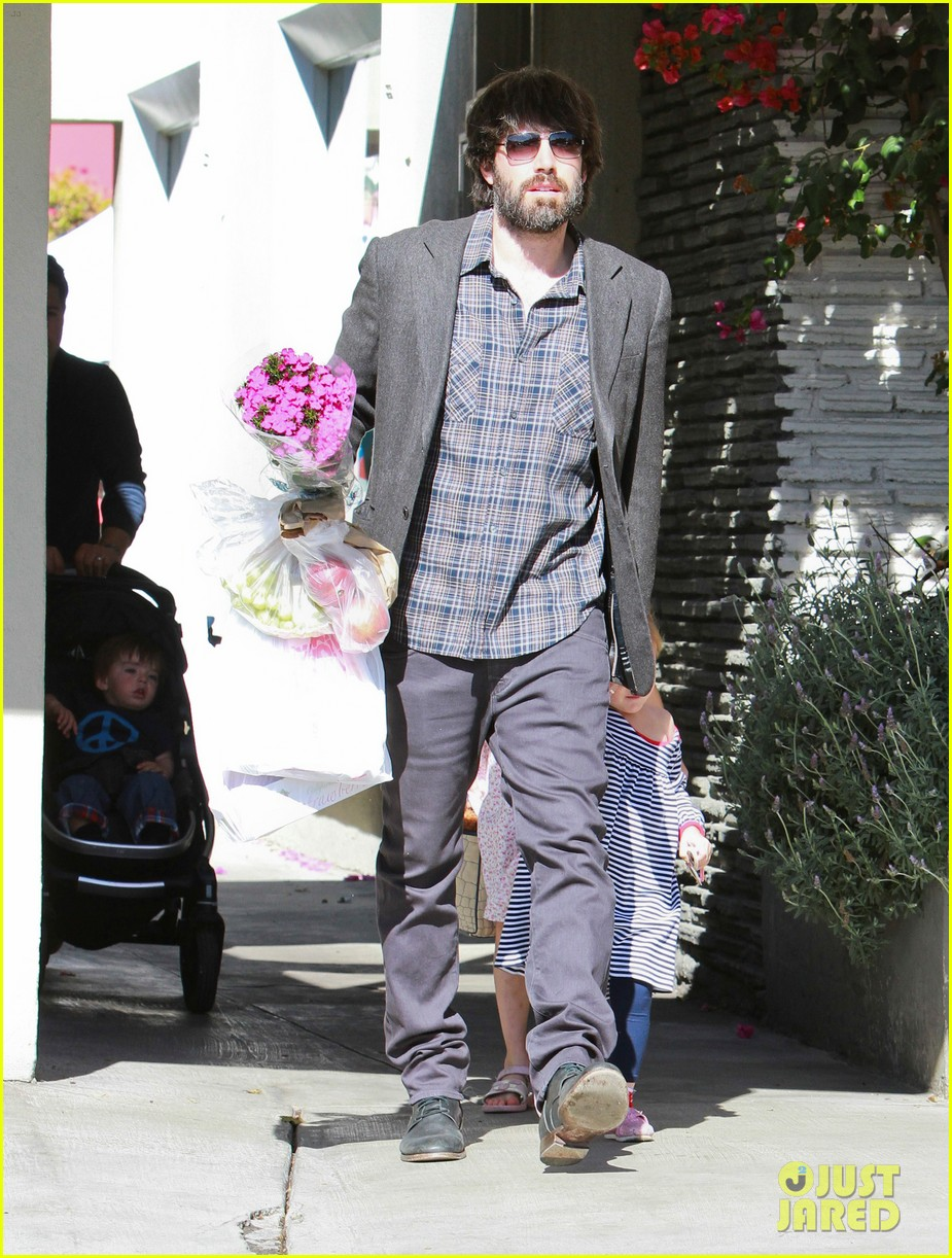 ben affleck daughters farmers market 21
