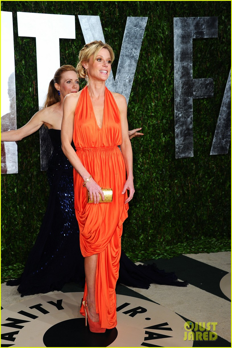 elizabeth banks julie bowen vanity fair oscar party 06