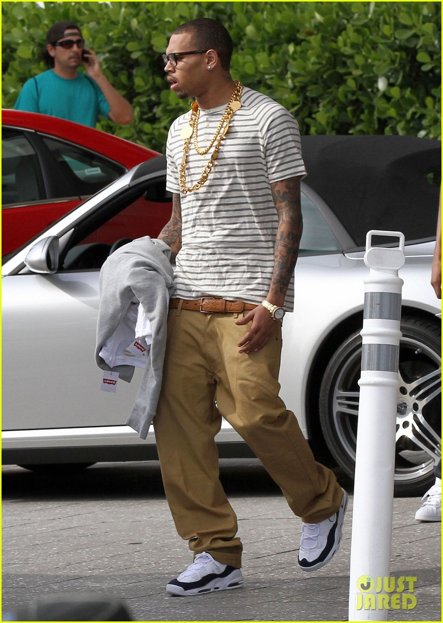 Chris Brown Gold Chains In Miami Photo 2630786 Chris