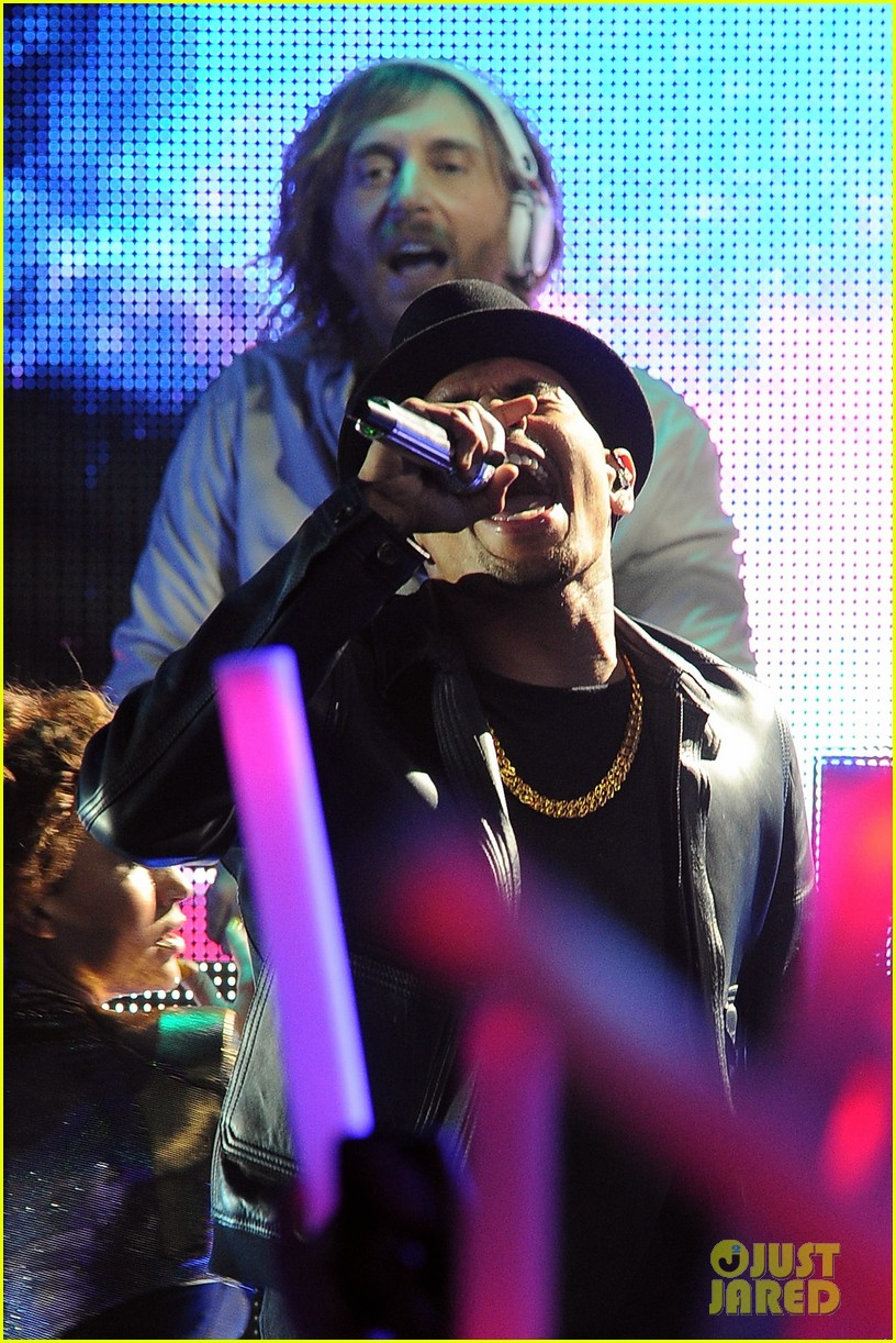 chris brown david guetta grammy performance 07