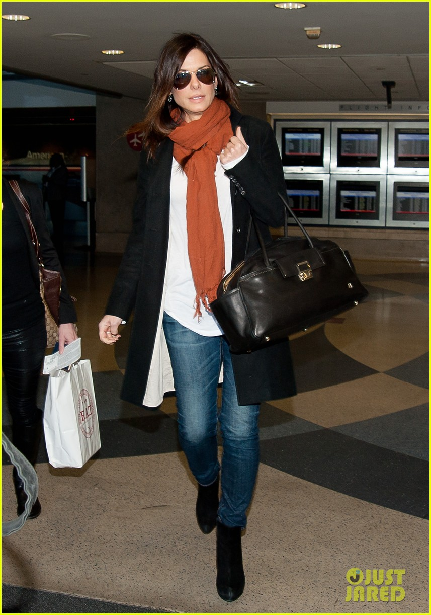 sandra bullock lax airport 01