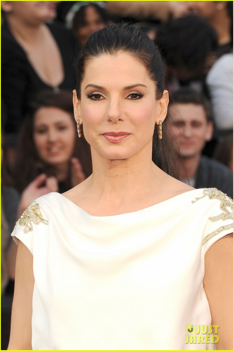 sandra bullock oscars 2012 red carpet 032633561