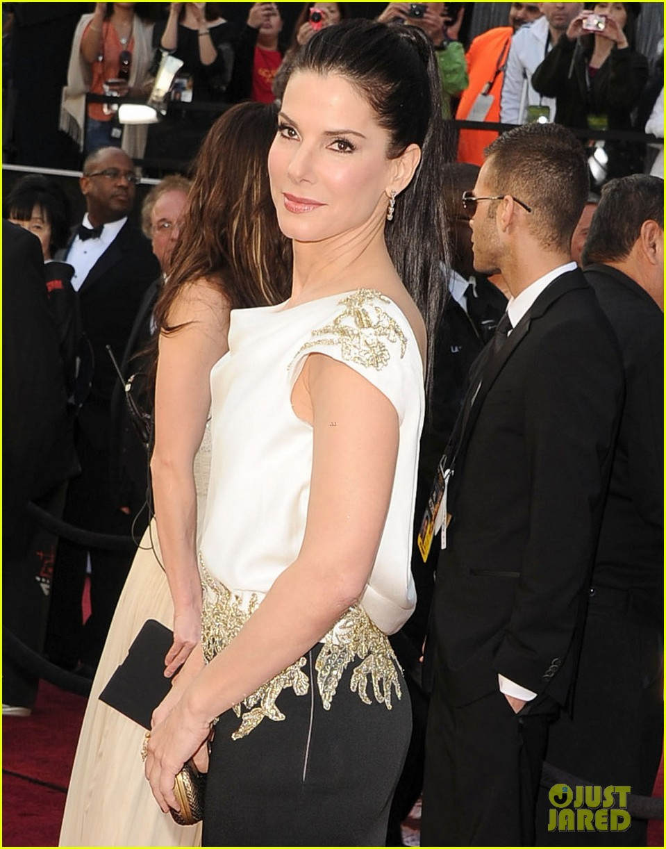 sandra bullock oscars 2012 red carpet 04