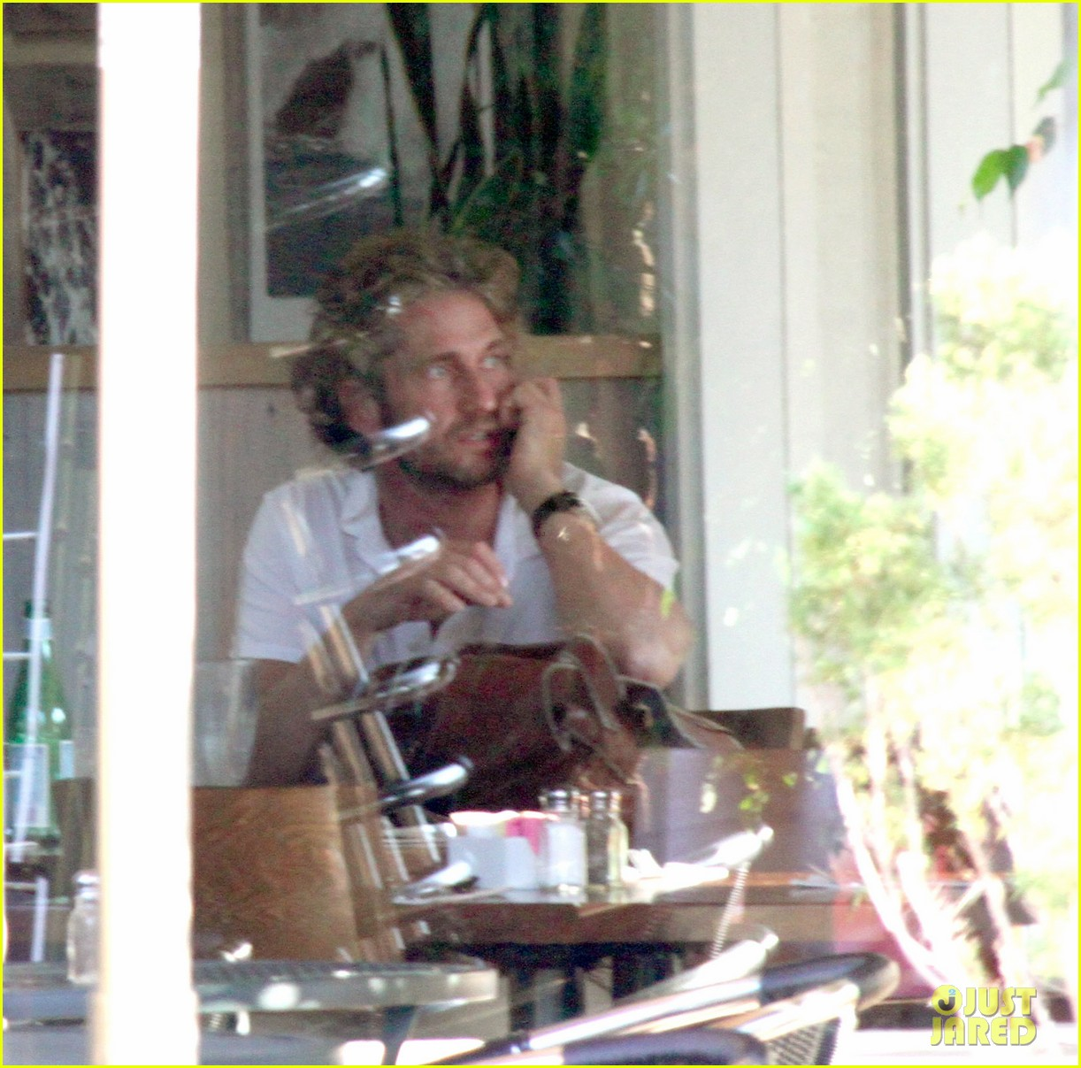 gerard butler solo lunch following rehab 01