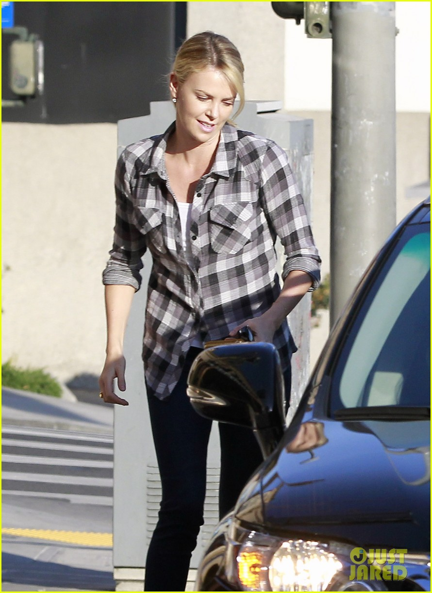 charlize theron pre super bowl party 01