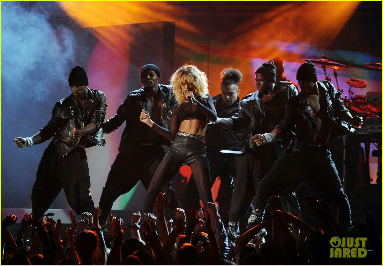 coldplay rihanna grammys performance 11