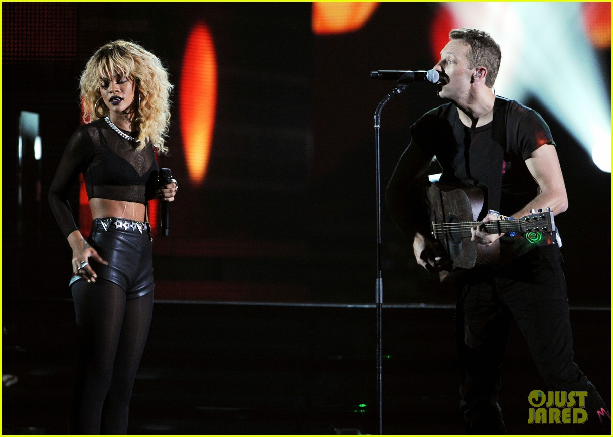 coldplay rihanna grammys performance 16