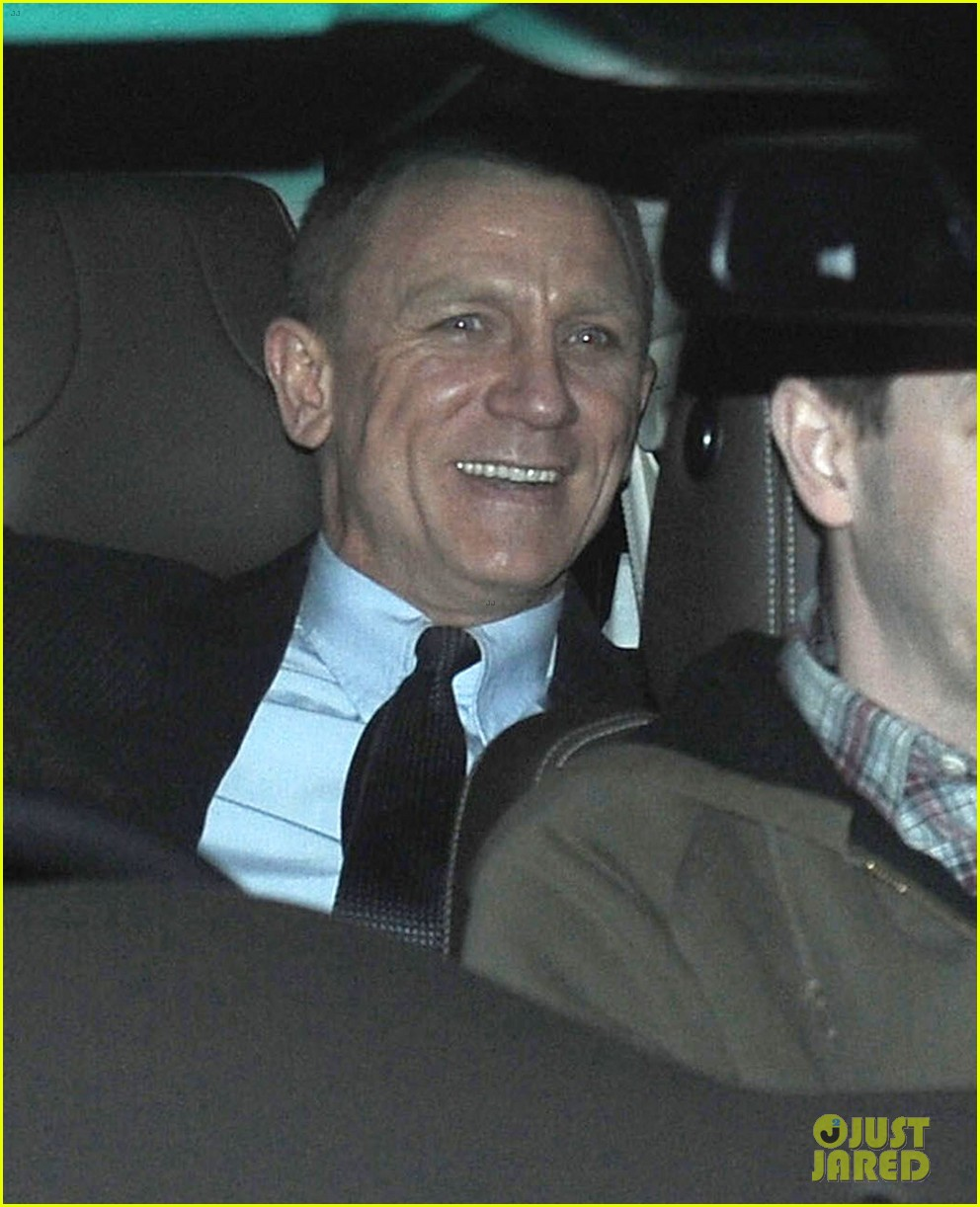 daniel craig skyfall set with judi dench 01
