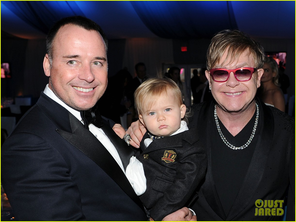 elton john zachary david furnish oscar party 04