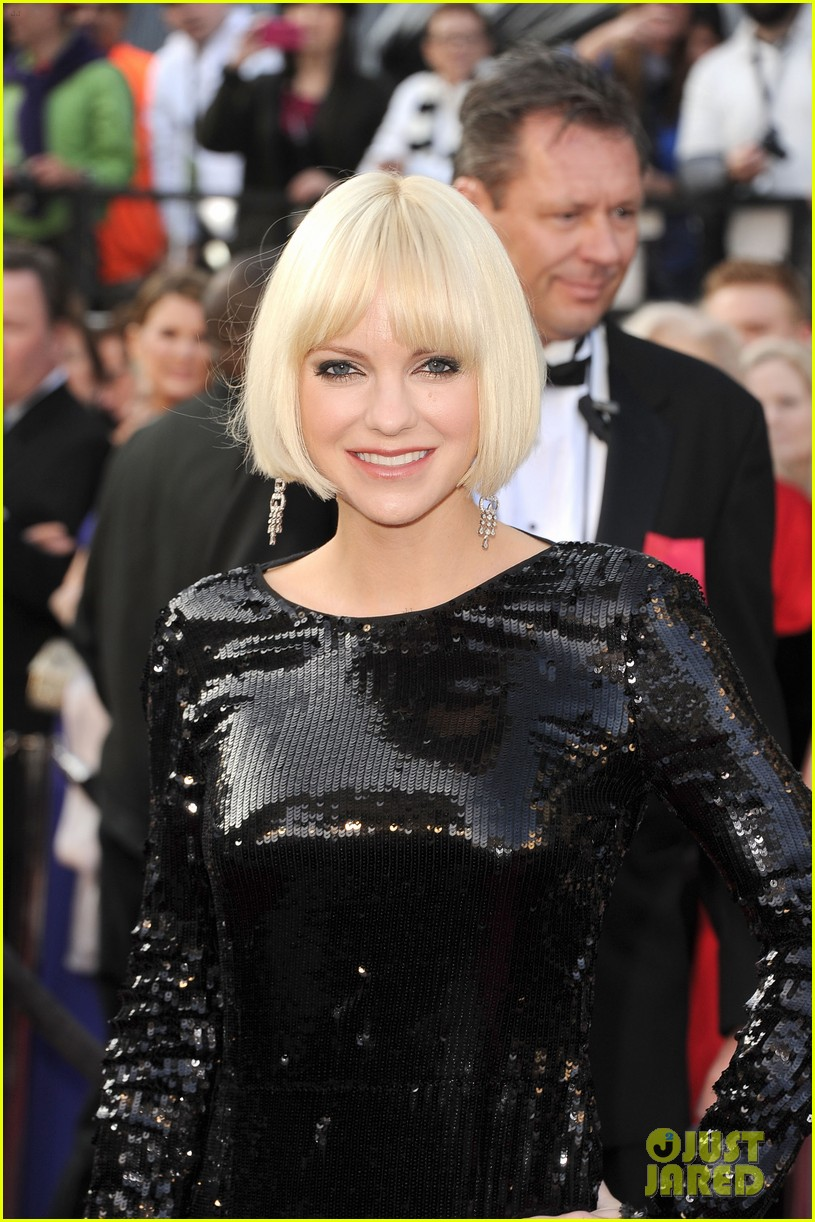 anna faris oscars 2012 red carpet 01