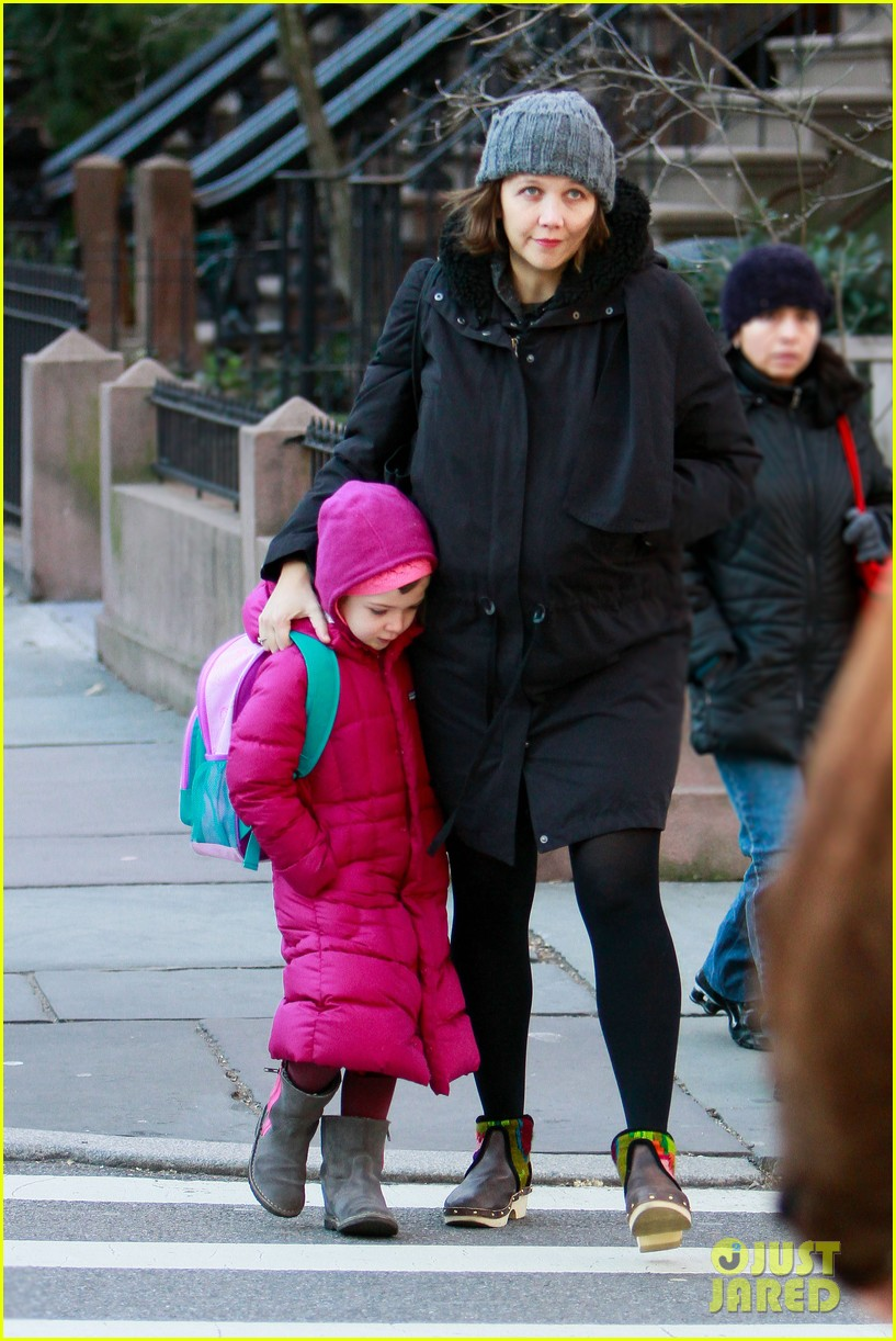 maggie gyllenhaal walks with ramona 032625011