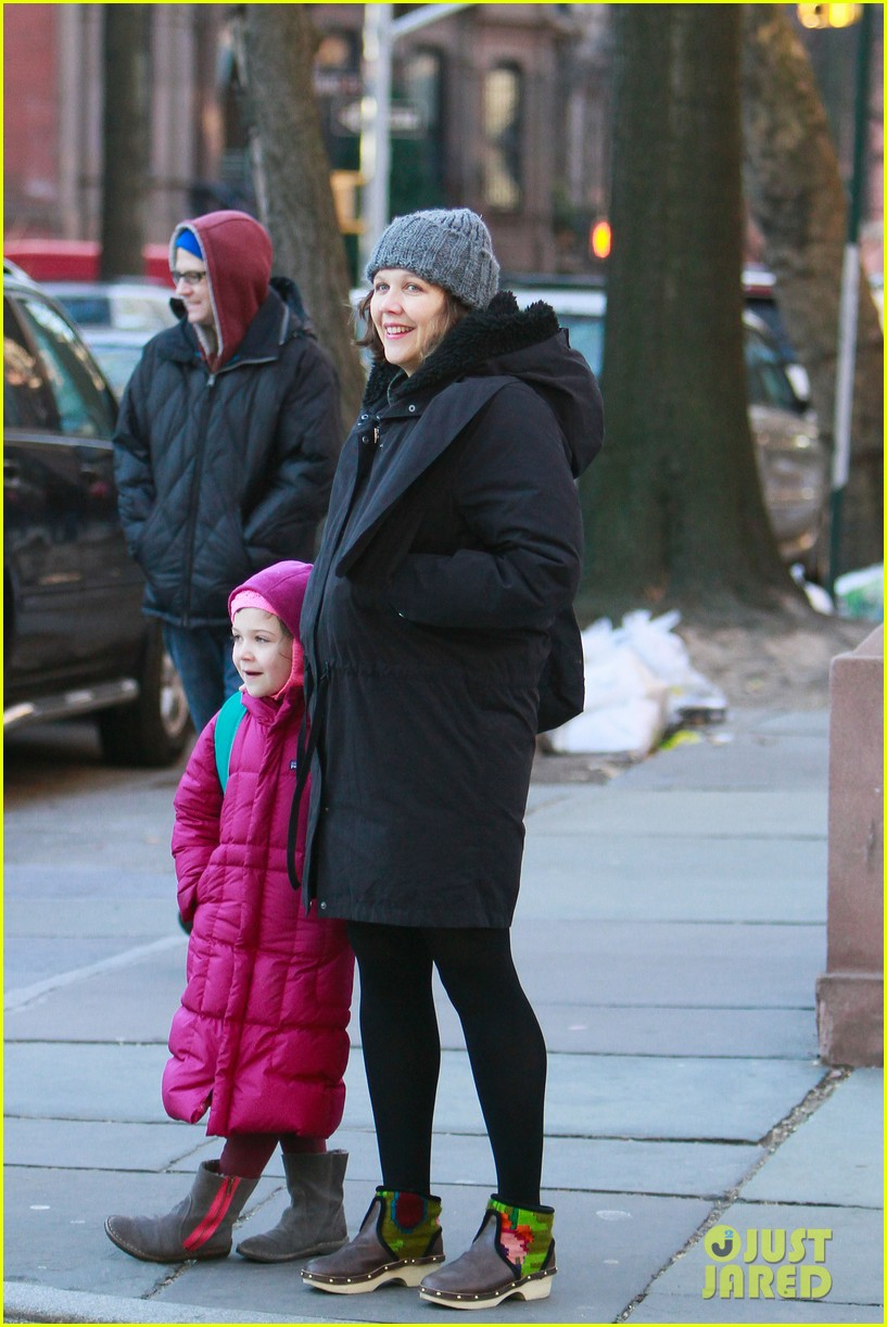 maggie gyllenhaal walks with ramona 052625013