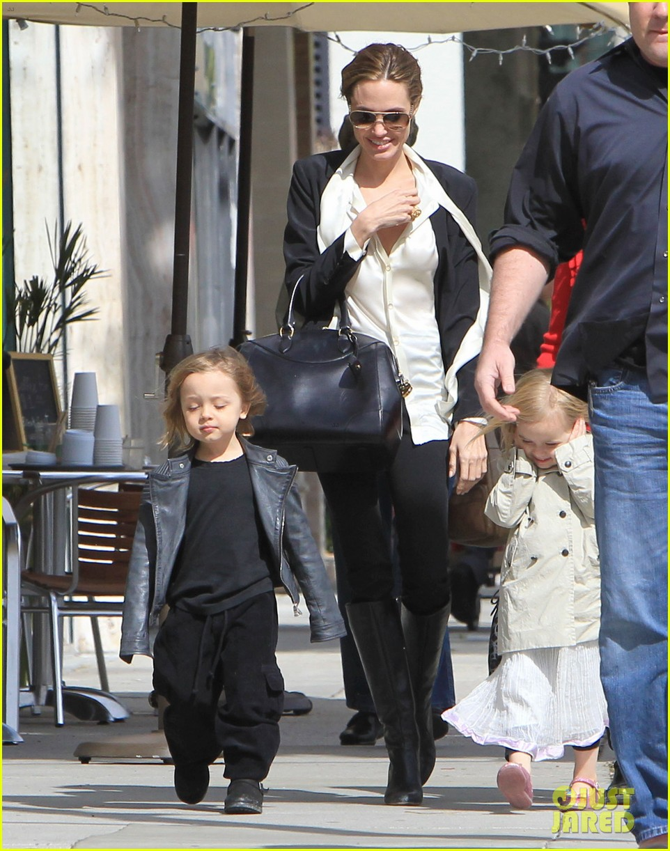 angelina jolie twins shopping 01
