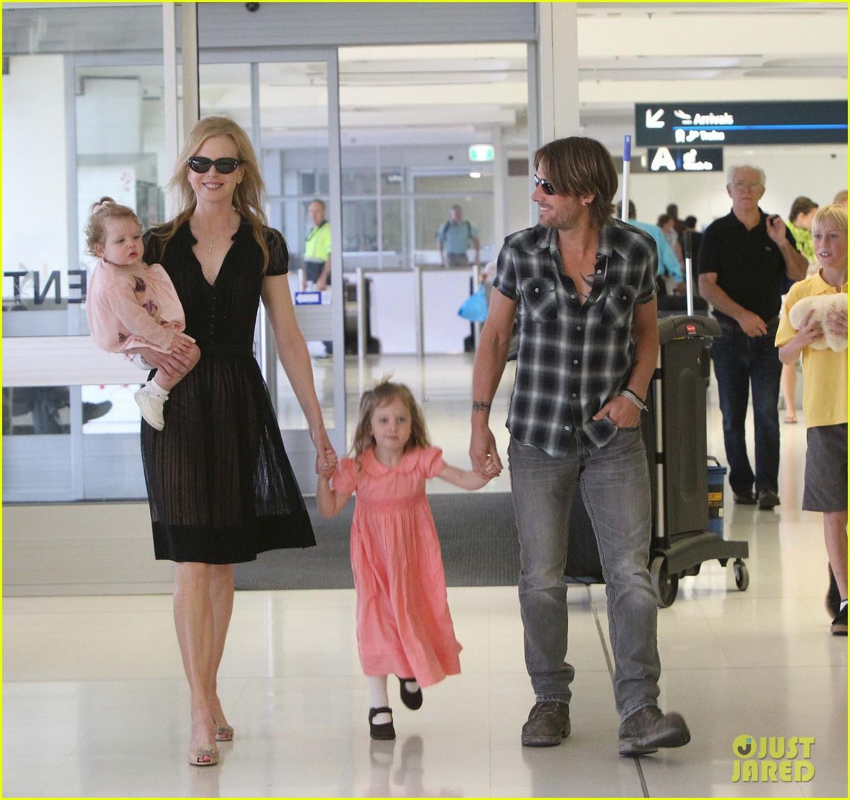 nicole kidman keith urban kids sydney airport 04