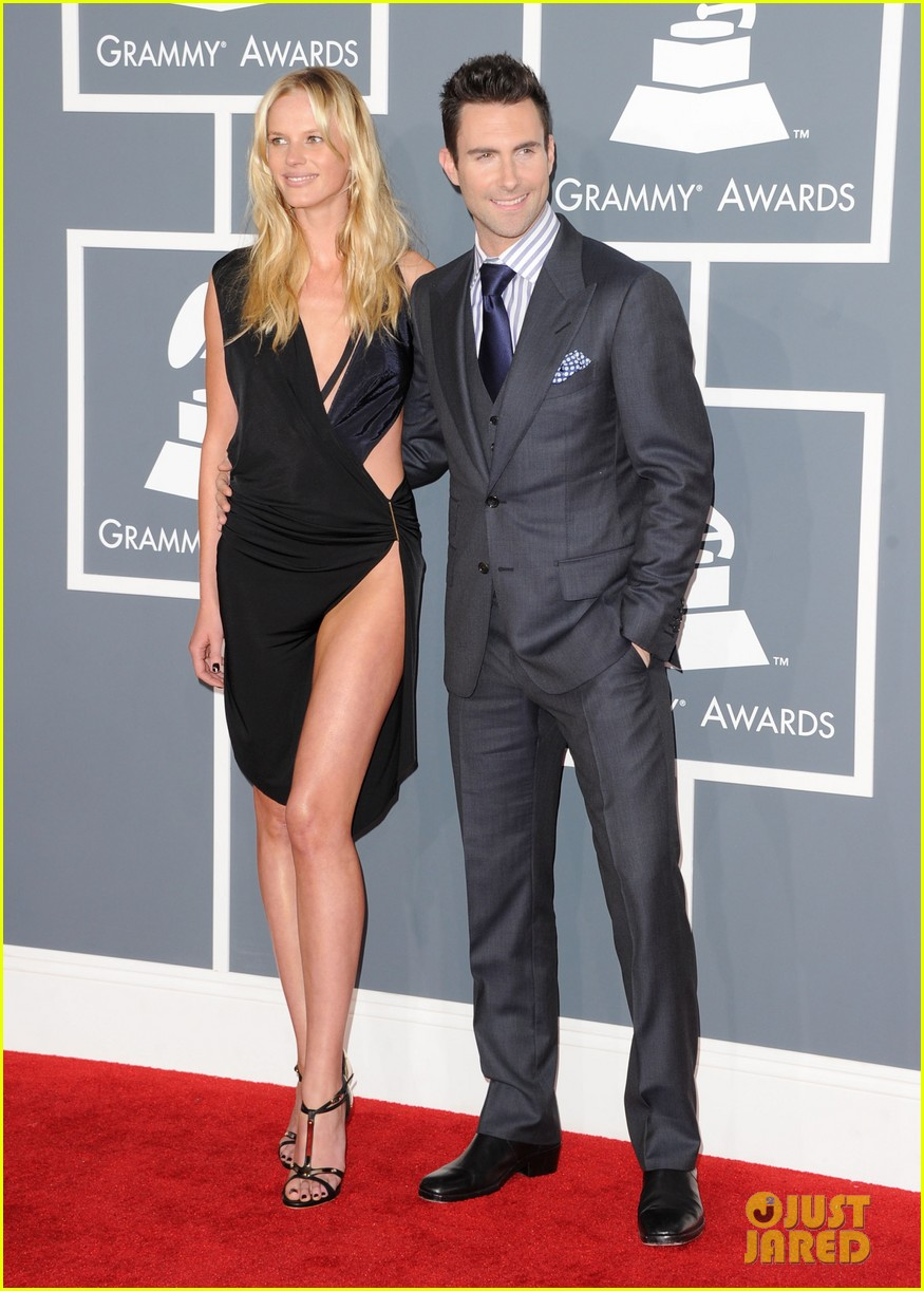 anne v adam levine 2012 grammy awards 02